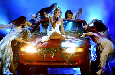 Selena Gomez: Η παρουσίαση του «Wolves» στα AMAs και οι κατηγορίες για playback