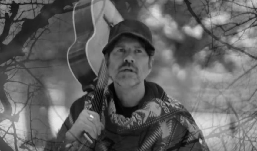 Ο Gruff Rhys παρουσιάζει μια περιπέτεια με προορισμό το «άγνωστο» στο νέο του βίντεο για το «Frontier Man»