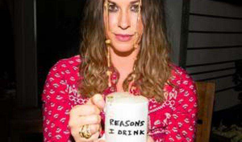 """Η 7 φορές βραβευμένη με βραβείο Grammy τραγουδίστρια/τραγουδοποιός Alanis Morissette, μόλις κυκλοφόρησε το νέο της τραγούδι """"Reasons I Drink""""."""