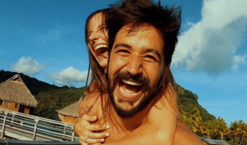 """Το πέμπτο single από το πολυσυζητημένο album του """"Por Primera Vez"""", συνοδεύεται από ένα μοναδικό βίντεο κλιπ σκηνοθετημένο από τον Saumeth και την σύζυγο του Camilo."""